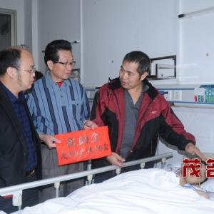 市365彩票app手机客户端协会领导慰问车祸重伤学生